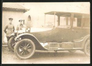 Fotografie 1.WK, Auto Daimler Landaulet, deutsche Soldaten in Uniform stehen neben dem PKW