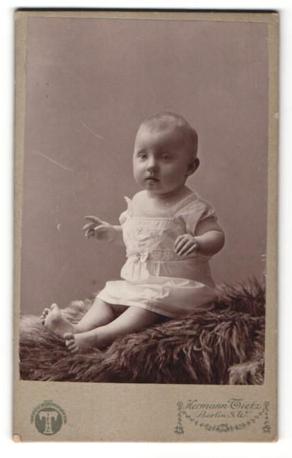 Fotografie Hermann Tietz, Berlin-SW, Portrait Säugling in Kleidchen