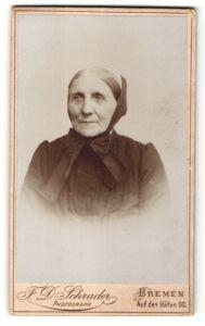 Fotografie F. D. Schrader, Bremen, Portrait greise Dame mit Kopftuch