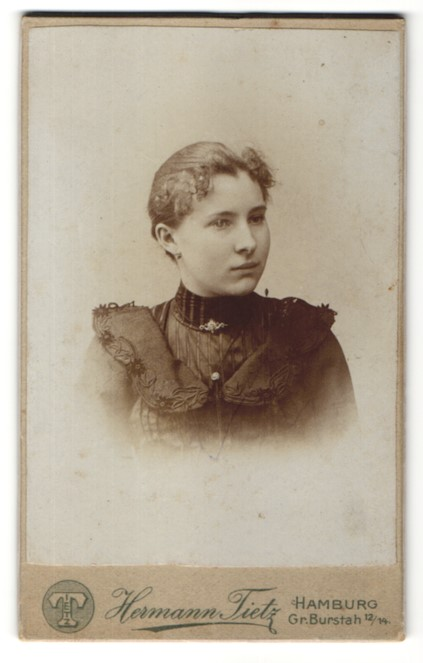 Fotografie Hermann Tietz, Hamburg, Portrait Fräulein mit zurückgebundenem Haar