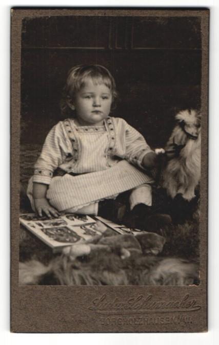 Fotografie Ludw. Schumacher, Borgholzhausen i/W, Portrait Kleinkind mit Bilderbuch