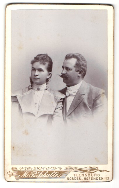 Fotografie M. B. Schultz, Flensburg, Portrait bürgerliches Paar
