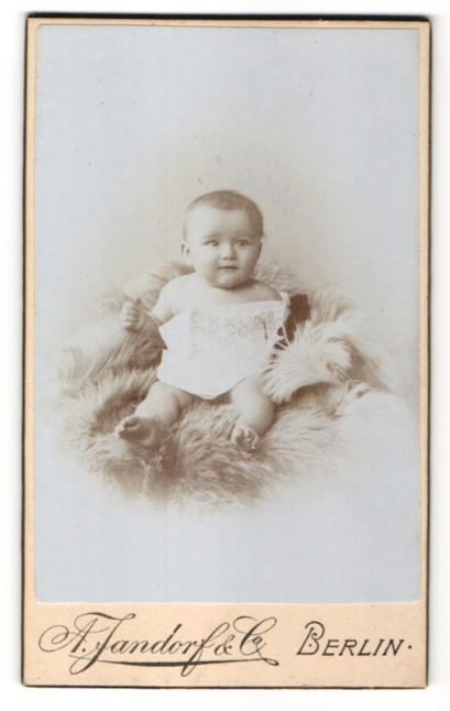 Fotografie A. Jandorf & Co, Berlin, Portrait Säugling mit nackigen Füssen