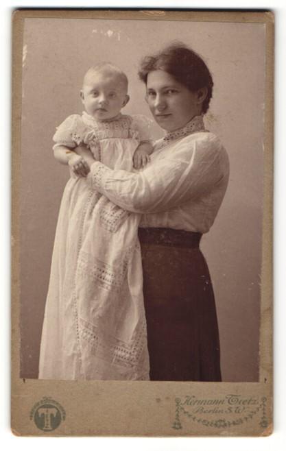 Fotografie Hermann Tietz, Berlin-SW, Portrait junge Dame mit Säugling
