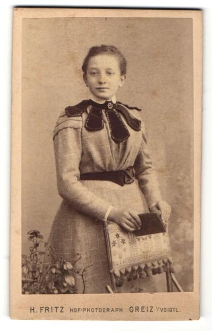 Fotografie H. Fritz, Greiz i/V, Portrait Mädchen in festlichem Kleid