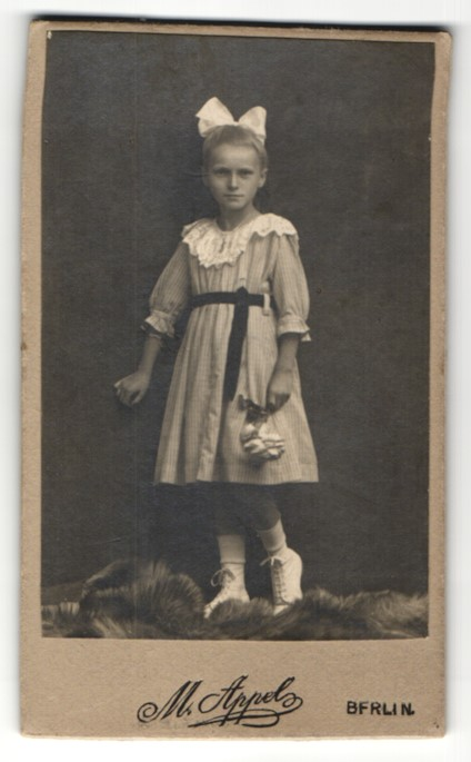 Fotografie M. Appel, Berlin, Portrait Mädchen mit Haarschleife