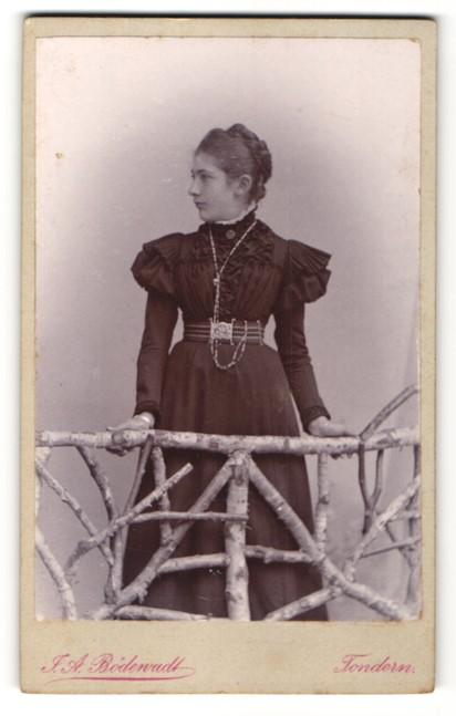 Fotografie J. A. Bödewadt, Tondern, Portrait Mädchen in festlichem Kleid