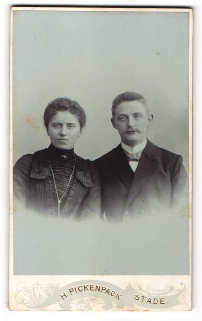 Fotografie H. Pickenpack, Stade, Portrait bürgerliches Paar