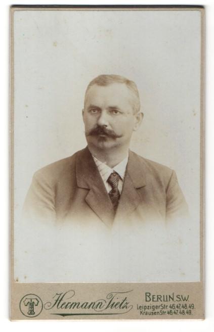 Fotografie Hermann Tietz, Berlin-SW, Portrait Herr mit Schnauzbart