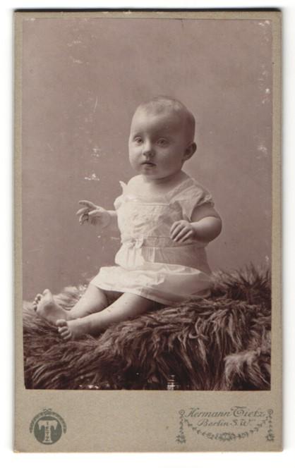 Fotografie Hermann Tietz, Berlin-SW, Portrait Säugling mit nackigen Füssen