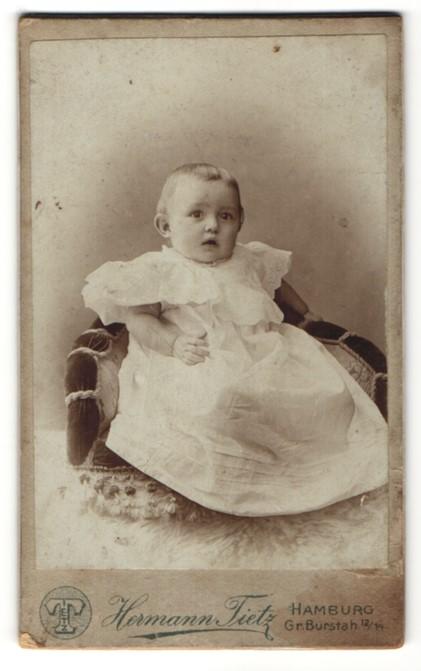 Fotografie Hermann Tietz, Hamburg, Portrait Kleinkind in Kleidchen
