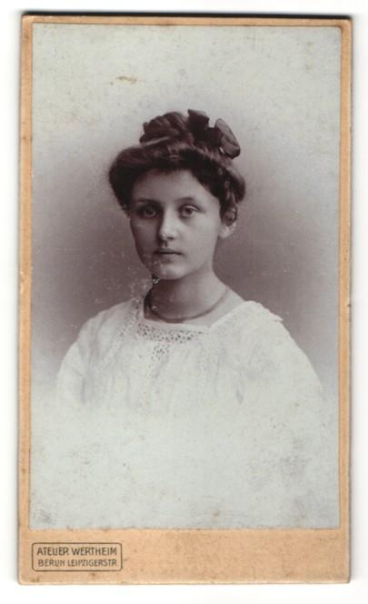 Fotografie Atelier Wertheim, Berlin, Portrait bezauberndes Mädchen mit Hochsteckfrisur