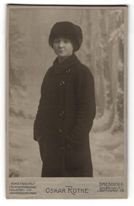 Fotografie Oskar Rothe, Dresden-A, Portrait junge Frau in Winterkleidung