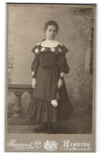 Fotografie Samson & Co, Hamburg, Portrait Mädchen in festlichem Kleid