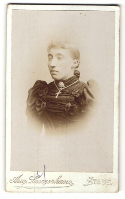 Fotografie Aug. Langerhans, Stade, Portrait bürgerliche Frau mit Kruzifix