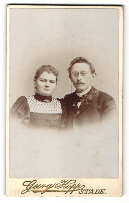 Fotografie Georg Kopp, Stade, Portrait bürgerliches Paar in zeitgenössischer Mode