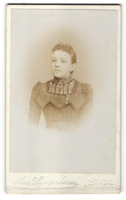 Fotografie Aug. Langerhans, Stade, Portrait Mädchen in festlichem Kleid
