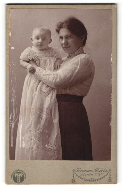 Fotografie Hermann Tietz, Berlin-SW, Portrait junge Mutter mit Kleinkind