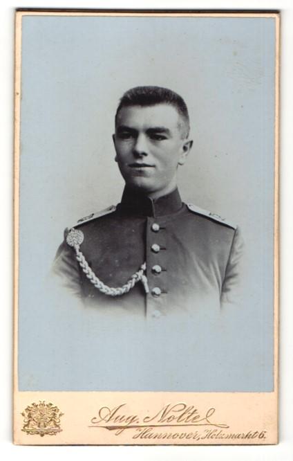 Fotografie Aug. Nolte, Hannover, Portrait Soldat mit Schützenschnur