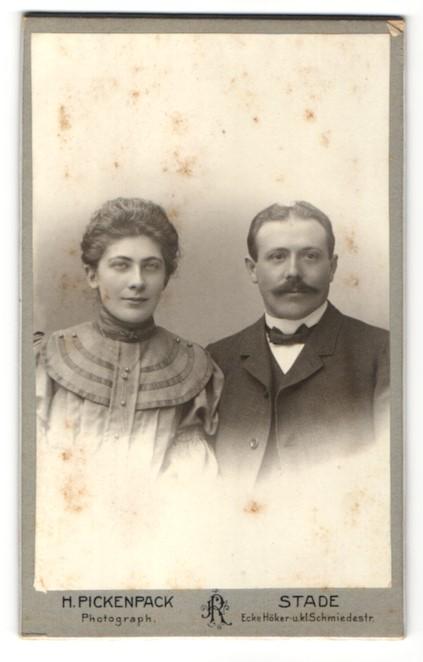Fotografie H. Pickenpack, Stade, Portrait bürgerliches Paar in zeitgenössischer Mode