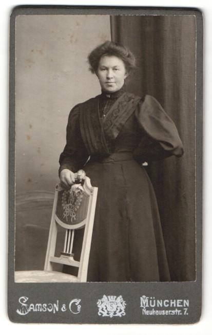 Fotografie Samson & Co, München, Portrait Dame mit Hochsteckfrisur