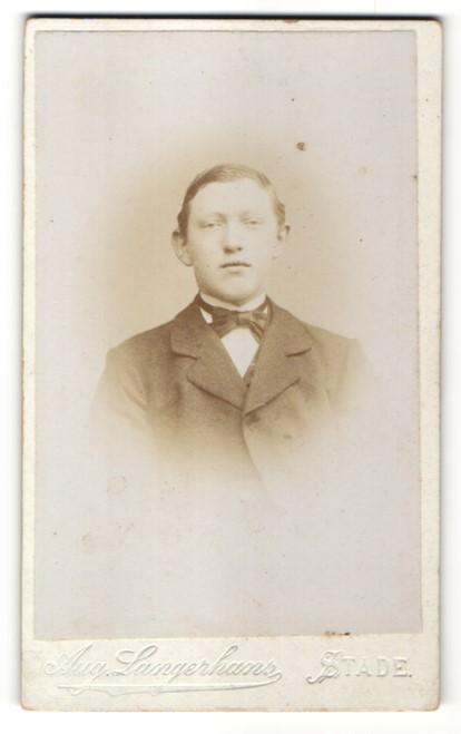Fotografie Aug. Langerhans, Stade, Portrait halbwüchsiger Knabe in zeitgenössischer Mode