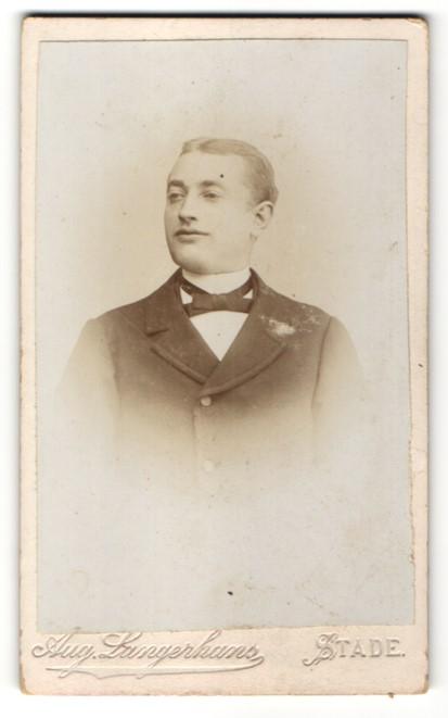 Fotografie Aug. Langerhans, Stade, Portrait junger Herr in zeitgenössischer Mode