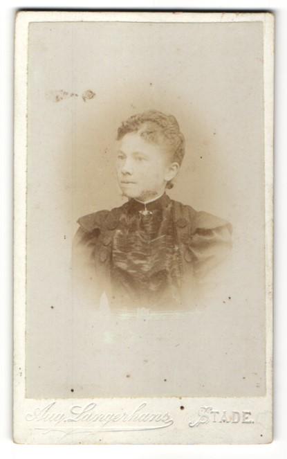 Fotografie Aug. Langerhans, Stade, Portrait bürgerliche Dame mit zurückgebundenem Haar