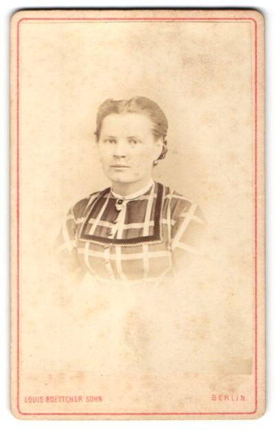 Fotografie Louis Boettcher Sohn, Berlin, Portrait junge Frau mit zurückgebundenem Haar