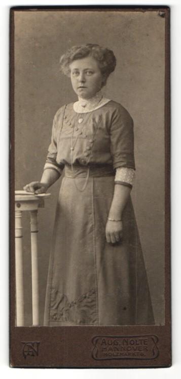 Fotografie Aug. Nolte, Hannover, Portrait Dame mit Hochsteckfrisur