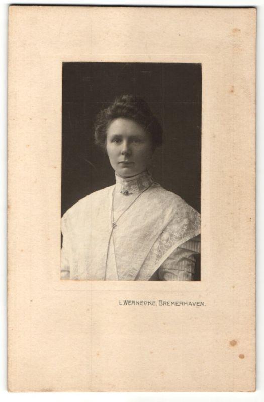 Fotografie L. Wernecke, Bremerhaven, Portrait bürgerliche Dame mit Hochsteckfrisur
