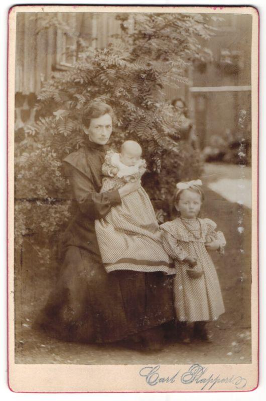 Fotografie Carl Plappers, unbekannter Ort, Portrait Mutter mit Säugling und kleiner Tochter