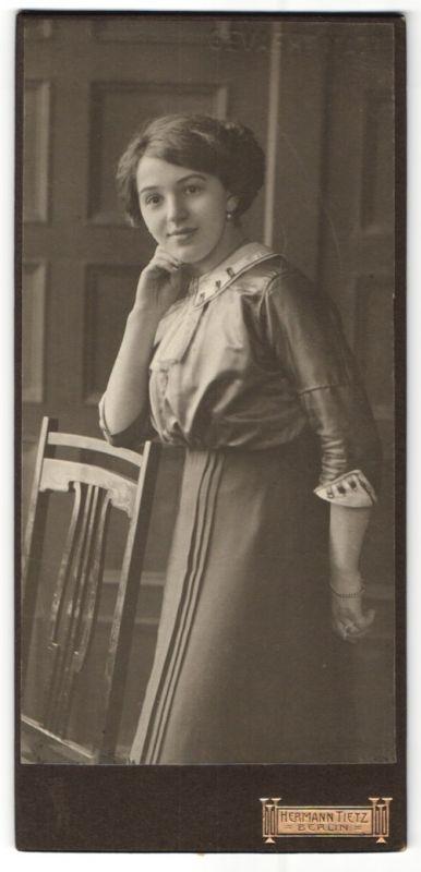 Fotografie Hermann Tietz, Berlin, Portrait gezauberndes Fräulein