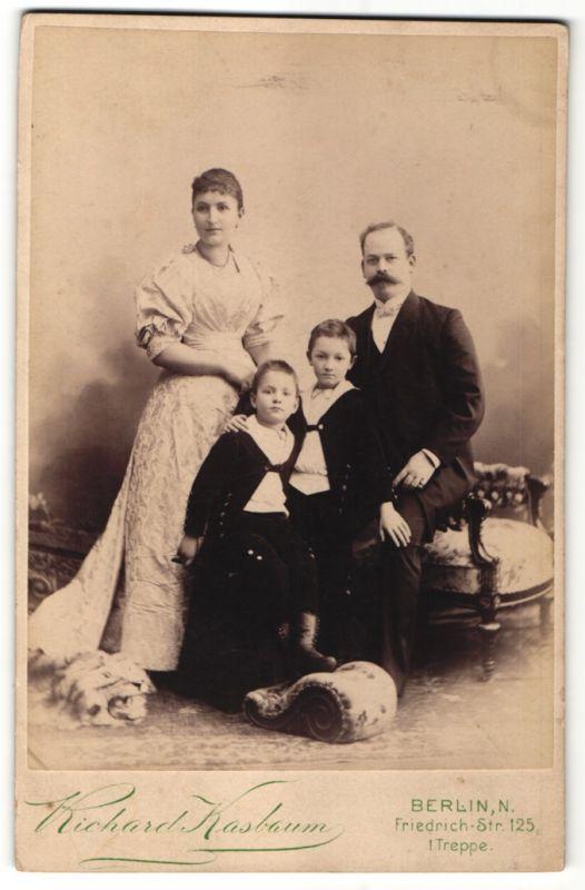 Fotografie Richard Kasbaum, Berlin-N, Portrait gutbürgerliches Paar mit zwei Söhnen