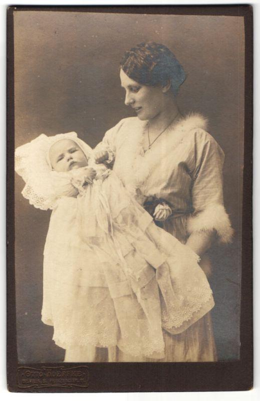 Fotografie Otto Hoeffke, Berlin-S, Portrait Mutter mit Säugling