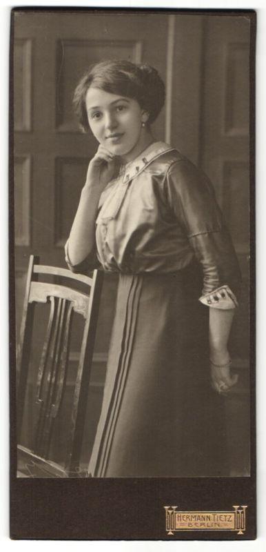 Fotografie Hermann Tietz, Berlin, Portrait junge Frau mit Hochsteckfrisur in zeitgenössischer Kleidung
