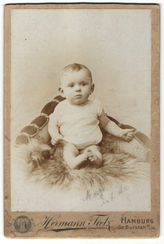 Fotografie Hermann Tietz, Hamburg, Portrait Kleinkind mit nackigen Füssen