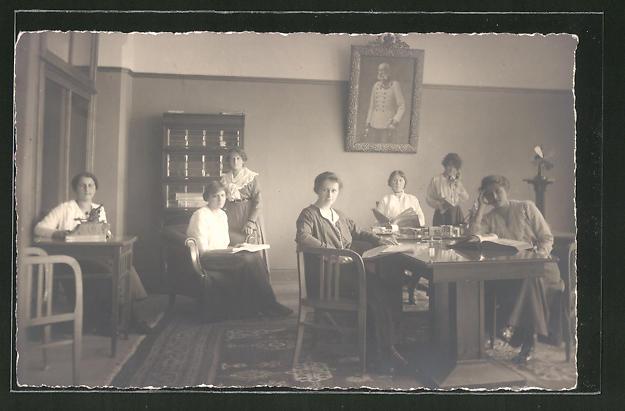 Foto-AK Junge Damen mit Bilderbüchern und an Schreibmaschine, Portrait Kaiser Franz Joseph I.