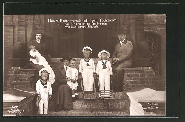 AK Kronprinzessin mit ihrem Töchterchen im Kreise der Familie des Grossherzogs von Mecklenburg-Schwerin