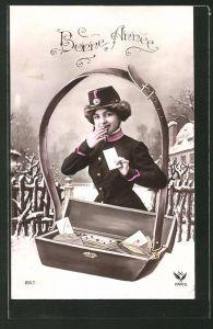 AK Briefträgerin als Fotomontage mit einer Postboten Tasche