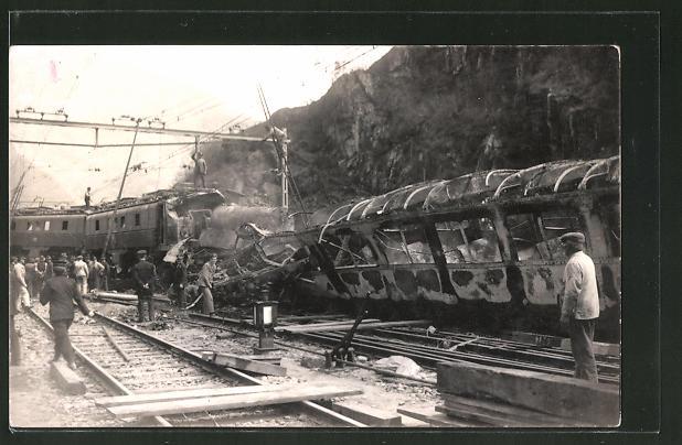 Foto-AK Ausgebrannter Personenzug nach Zusammenstoss