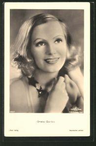 AK Schauspielerin Greta Garbo lächelnd