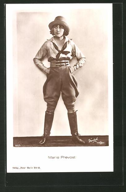 AK Schauspielerin Marie Prevost an einer Wand stehend