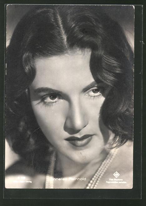 AK Schauspielerin Annelies Reinhold mit Perlenhalskette