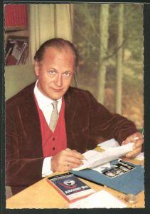 AK Schauspieler Curd Jürgens sitzt am Tisch