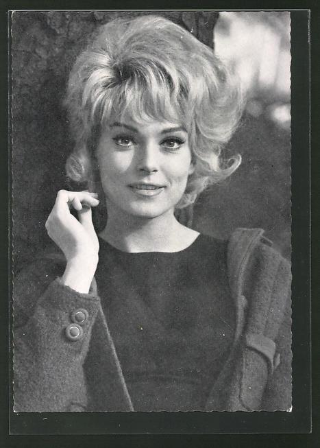 AK Schauspielerin Ann Smyrner lehnt an einem Baumstamm