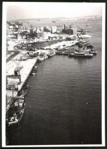 Fotografie Fotograf unbekannt, Ansicht Kiel, Kriegszerstörung im Hafen, auf dem Westufer wird wieder gebaut