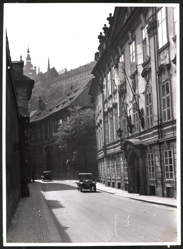Fotografie Fotograf unbekannt, Ansicht Prag, Strassenansicht mit Autos, Blick zu einer Kathedrale