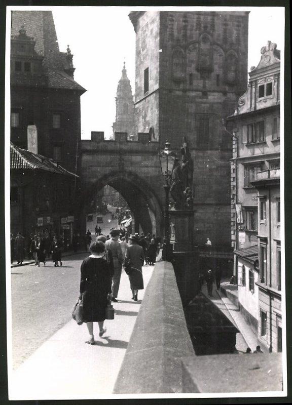 Fotografie Fotograf unbekannt, Ansicht Prag, Partie an einem Brückentor, Strassenansicht
