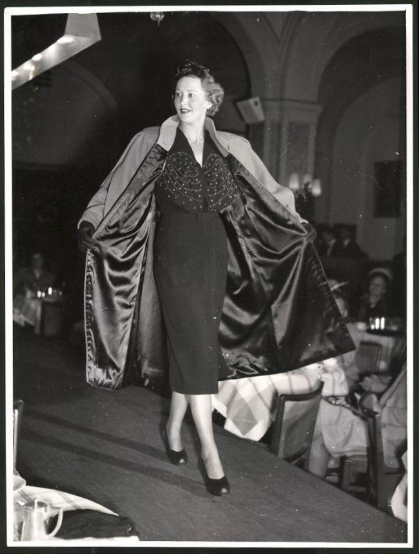 Fotografie Fotograf unbekannt, Ansicht Wien, Modeschau, Model im Nachmittagskleid aus schwarzer matter Seide 0